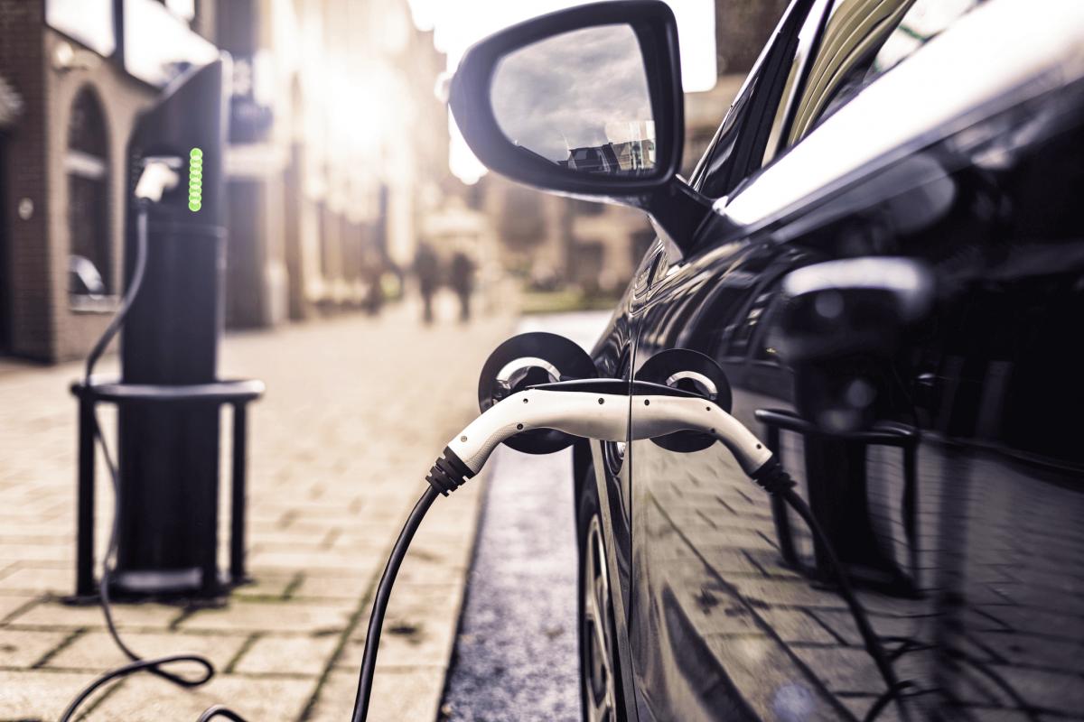 Choisir une voiture électrique ou une hybride ?