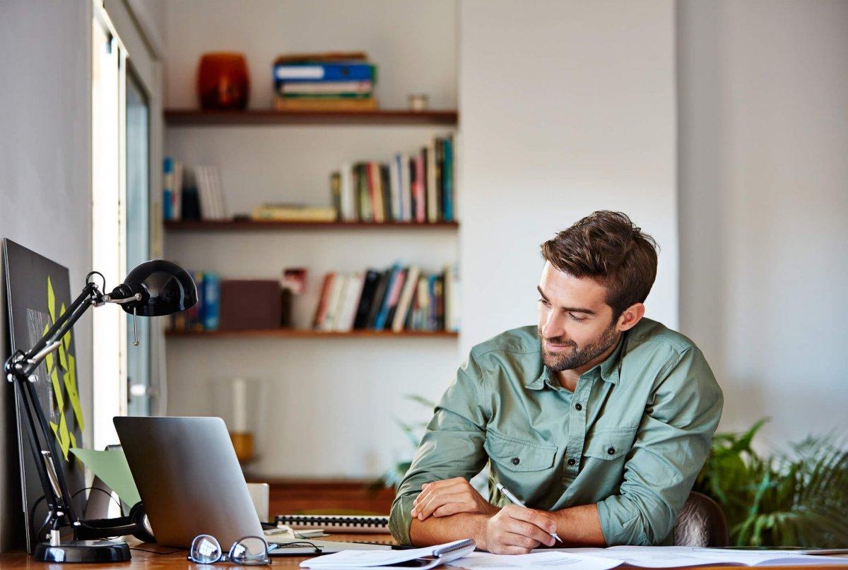 """""""Blijf in uw kot"""" betekent vaak ook """"werk thuis"""". Maar hoe richt je thuis een efficiënt telewerkkantoor in?"""