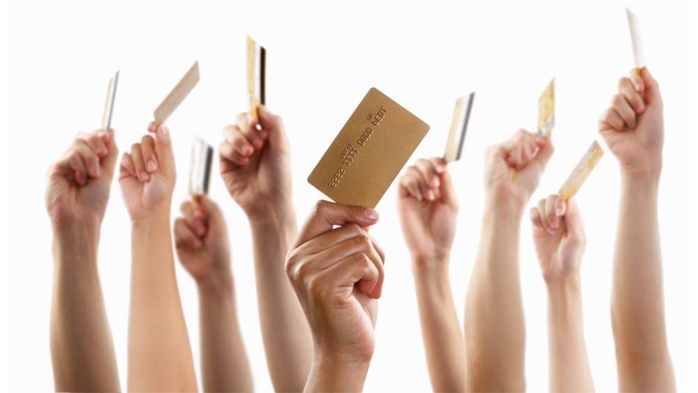 Des mains brandissent une carte de crédit